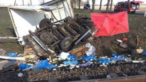 wypadek na przejezdzie kolejowym fot. osp granowo 1 300x169 - Grodzisk: Tragedia na torach. Zderzenie samochodu z pociągiem!