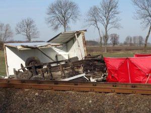 wypadek na przejezdzie kolejowym fot. osp granowo 2 300x225 - Grodzisk: Tragedia na torach. Zderzenie samochodu z pociągiem!