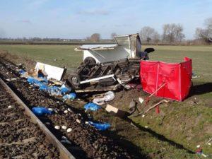 wypadek na przejezdzie kolejowym fot. osp granowo 3 300x225 - Grodzisk: Tragedia na torach. Zderzenie samochodu z pociągiem!