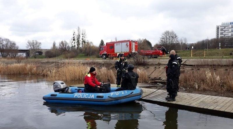 cwiczenia na warcie 4 fot. policja 800x445 - Poznań: Zaczyna się sezon kąpielowy - policjanci wyruszają na wodę