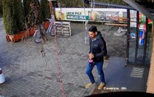 lechlin 3 fot. policja  300x189 - Piła: Policjanci poszukują włamywacza z Lechlina