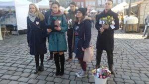 mw dzien kobiet 2 300x169 - Poznań: Młodzież Wszechpolska wręczała kwiaty. Z okazji Dnia Kobiet