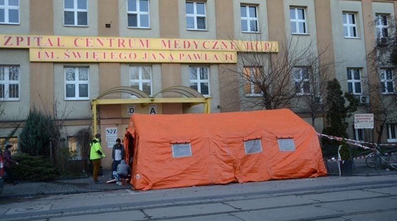 namiot przed szpitalem HCP