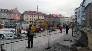 plac kolegiacki sadzenie drzew 2 fot. l. lada  300x169 - Poznań: Na placu Kolegiackim przybywa zieleni!