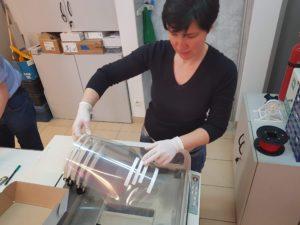 przylbice 1 fot. wydzial inzynierii mechanicznej 3 300x225 - Poznań: Politechnika Poznańska produkuje przyłbice dla lekarzy