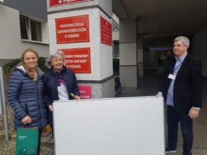 psse tablica 2 fot. psse  300x225 - Poznań: Powiatowa stacja dostała tablicę. Będzie im łatwiej ścigać wirusa!