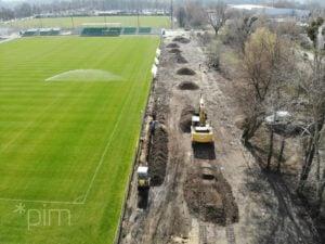 stadion 2 fot. pim  300x225 - Poznań: Trwa budowa oświetlenia boiska przy Drodze Dębińskiej