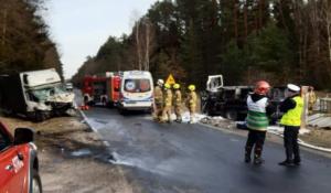 wypadek zlotow 2 fot. policja 300x175 - Piła: Zablokowana droga koło Złotowa. Ciężarówka zderzyła się z busem
