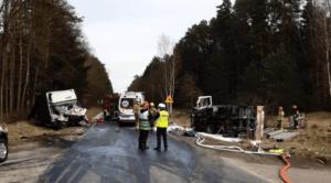 wypadek zlotow 3 fot. policja 300x166 - Piła: Zablokowana droga koło Złotowa. Ciężarówka zderzyła się z busem