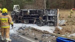 wypadek zlotow fot. policja 300x169 - Piła: Zablokowana droga koło Złotowa. Ciężarówka zderzyła się z busem