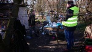 bezdomni fot. straz miejska  300x169 - Poznań: Straż miejska wizytuje bezdomnych. Z powodu koronawirusa