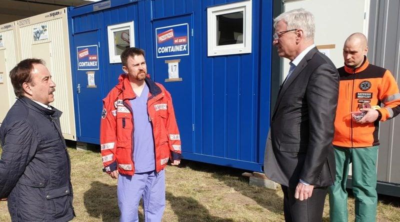 Jacek Jaśkowiak z dr Górnym (w środku) w szpitalu, gdy jeszcze nie trzeba było nosić maseczek fot. UMP