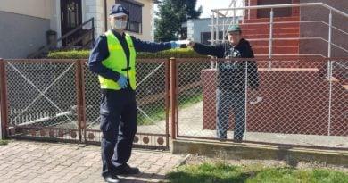 maseczki 2 fot. policja 390x205 - Mikstat: Policja zamiast karać - rozdawała maseczki