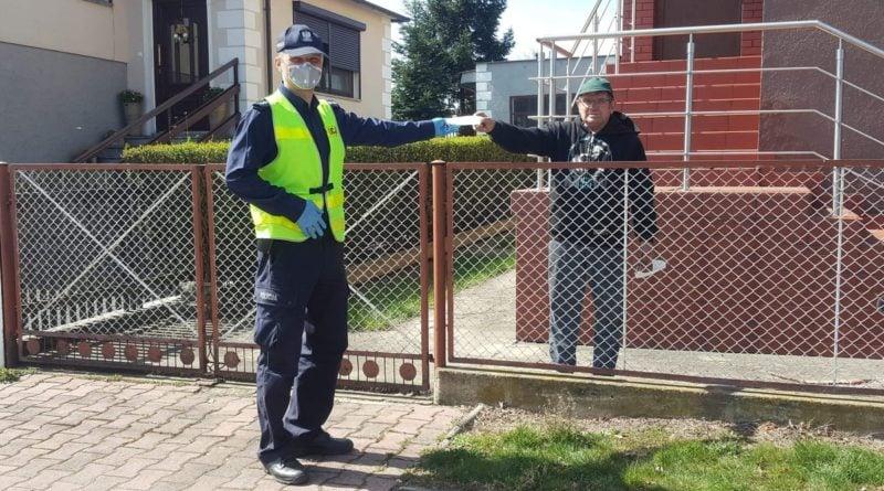 maseczki 2 fot. policja 800x445 - Mikstat: Policja zamiast karać - rozdawała maseczki