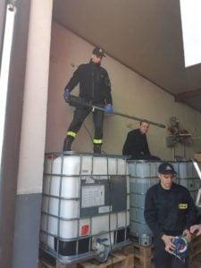 plyn do dezynfekcji fot. policja 2 225x300 - Poznań: Policjanci sami produkują płyn do dezynfekcji!