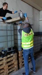 plyn do dezynfekcji fot. policja 3 168x300 - Poznań: Policjanci sami produkują płyn do dezynfekcji!