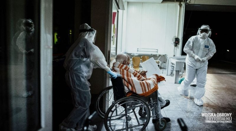 wojsko pomaga w ewakuacji dps kalisz 8 fot. wot 800x445 - Wielkopolska: Kolejne zakażenia koronawirusem