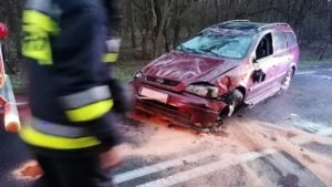 wypadek fot. osp dabrowka lesna 300x169 - Oborniki: Samochód dachował między Dąbrówką Leśną a Lipą