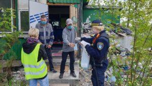 bezdomni fot. smmp 300x169 - Poznań: Strażnicy miejscy odwiedzili bezdomnych. Z powodu koronawirusa
