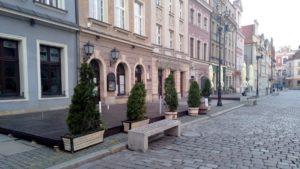 ogrodki stary rynek 4 300x169 - Poznań: Właściciele lokali już szykują ogródki!