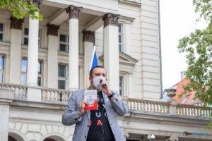 """plac wolnosci 16.05 fot. slawek wachala 9828 300x200 - Poznań: Spacer z posłem Adamem Szłapką. """"To jest kompromitacja obecnej władzy"""""""