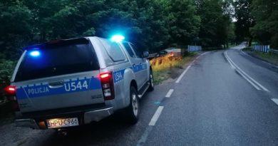 radiowoz fot. policja 390x205 - Poznań: W Gądkach dachował samochód. Są ranni