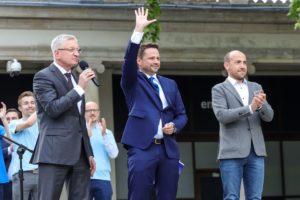 Poznań: Setki ludzi na spacerze z prezydentem Trzaskowskim