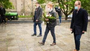 skladanie kwiatow 2 lewica fot. razem poznan 300x169 - Poznań: Przedstawiciele Lewicy i Razem składali kwiaty