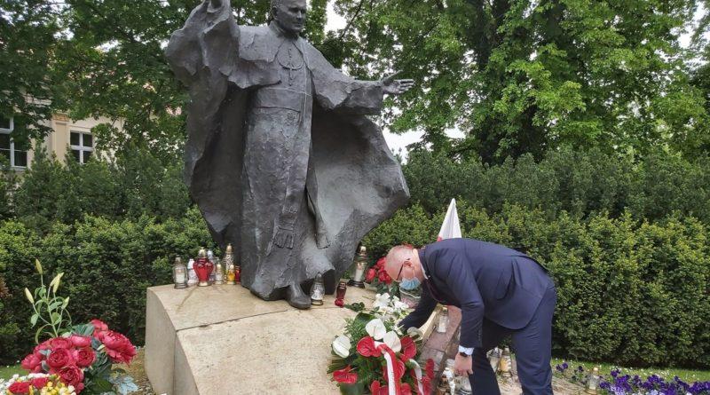 składanie kwiatów pod pomnikiem Jana Pawła II 2 fot. WUW.jpg