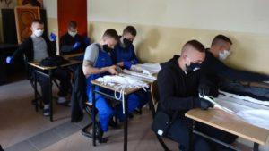 zaklad poprawczy szyje maseczki 4 fot. zpp 300x169 - Poznań: Wychowankowie z zakładu poprawczego pomagają bezdomnym