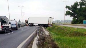 ciezarowka gniezno 2 fot. policja 300x169 - Gniezno: Ciągnik siodłowy uderzył w barierę. Kierowca zasnął?