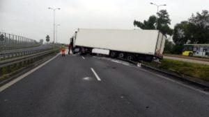 ciezarowka gniezno fot. policja 300x169 - Gniezno: Ciągnik siodłowy uderzył w barierę. Kierowca zasnął?
