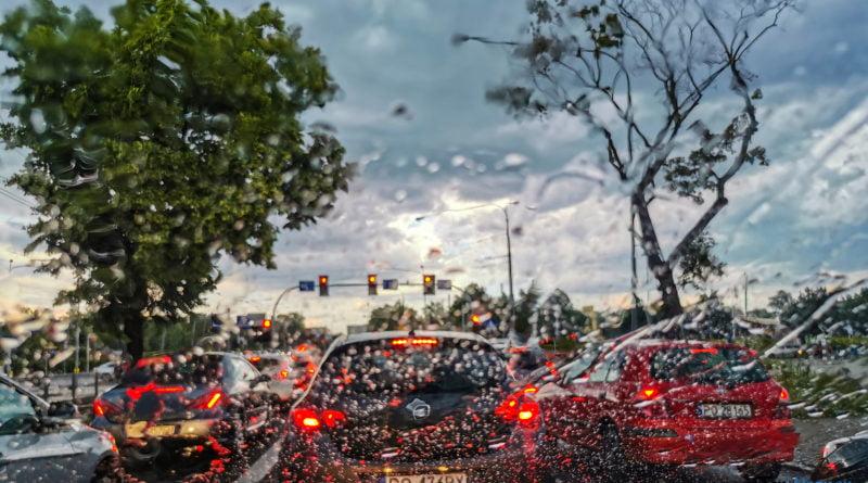 Deszcz burza korek zdjęcie ilustracyjne fot. S. Wąchała