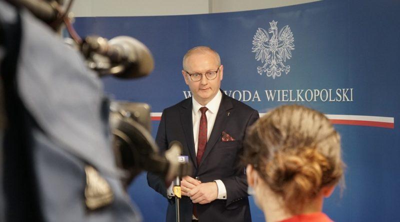 doposazenie stolowek wojewoda lukasz mikolajczyk 2 800x445 - Ostrzeszów: Wojewoda zawiesił działalność placówek dla seniorów i niepełnosprawnych