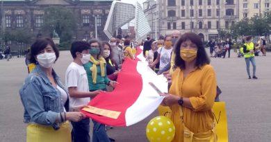 Ekipa Szymona na placu Wolności