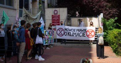 Poznań: Extinction Rebellion protestuje w Starym Browarze przeciwko Black Week