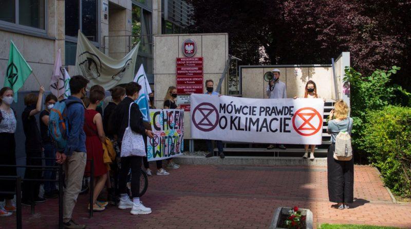 extinction rebellion poznan i mlodziezowy strajk klimatyczny fot. maria krawczyk2 800x445 - Poznań: Extinction Rebellion protestuje w Starym Browarze przeciwko Black Week