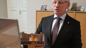jacek jaskowiak z nagroda fot. ump 300x169 - Poznań z nagrodą Smart City