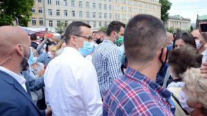 mateusz morawiecki na placu wolnosci3 300x169 - Poznań: Wizyta premiera, czyli czek dla szpitala i gwizdy na placu Wolności