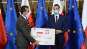 mateusz morawiecki prof. a. tykarski 300x169 - Poznań: Wizyta premiera, czyli czek dla szpitala i gwizdy na placu Wolności