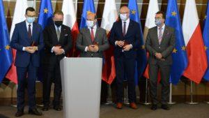 medale uam 300x169 - Poznań: Wizyta premiera, czyli czek dla szpitala i gwizdy na placu Wolności