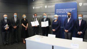 onkologia szpital jonschera podpisanie umowy fot. umww 1 300x169 - Poznań: Umowa podpisana - szpital onkologiczny do rozbudowy!