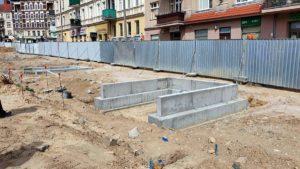rynek lazarski budowa fot. ump8 300x169 - Poznań: Trwa przebudowa rynku Łazarskiego. Dziś na budowie byli radni