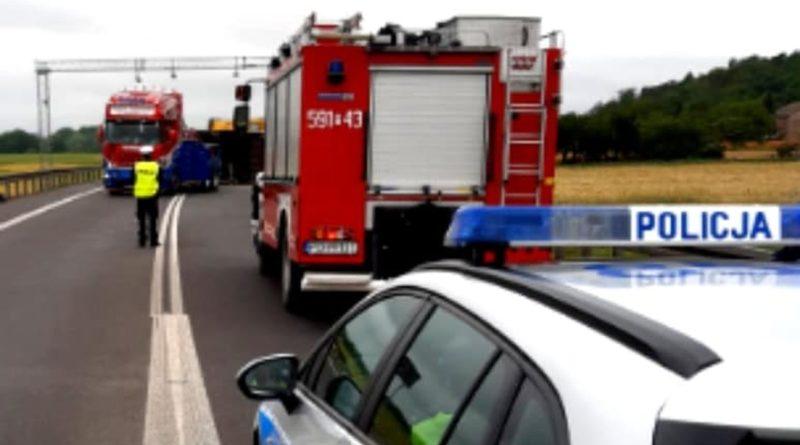 wypadek 3 szamotuly fot. policja 800x445 - Poznań: Wypadek na S5. Samochód wbił się w ciężarówkę. Jedna osoba nie żyje