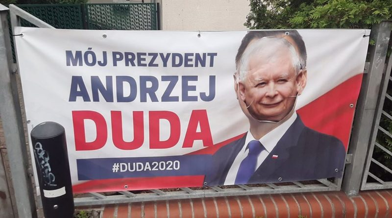 zniszczony banner A. Dudy fot. M. Bieniek FB