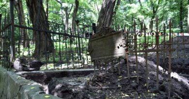 Poznań: Sprzątanie grobów na Cytadeli