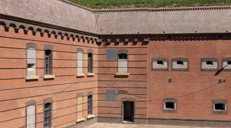 Fort VII frontowa elewacja koszar szyjowych, odtworzony stan z okresu II wojny światowej fot. Sławek Wąchała