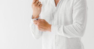Granatowe męskie chinosy i biała lniana koszula – doskonały zestaw na rozmowę o pracę w gorący dzień