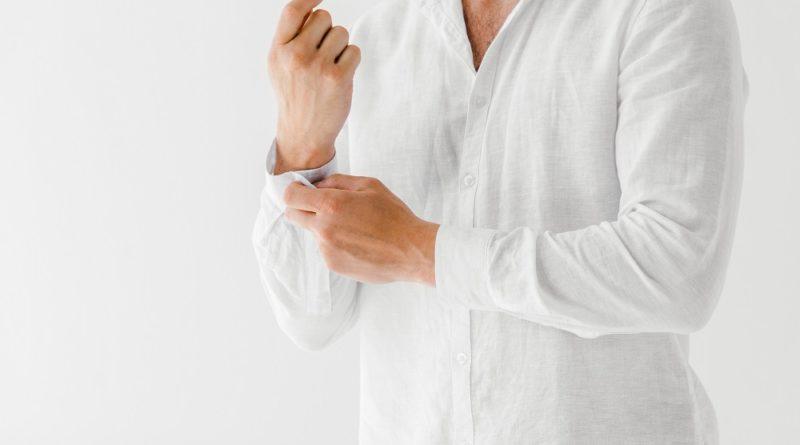 granatowe-meskie-chinosy-biala-lniana-koszula fot. art. spon.