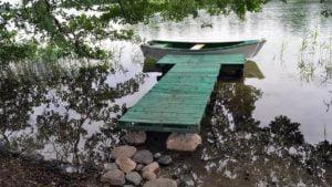 jezioro ostrowickie fot. policja 300x169 - Trzemeszno: Policja nad jeziorem. Z powodu pomostów i uszkodzenia brzegu